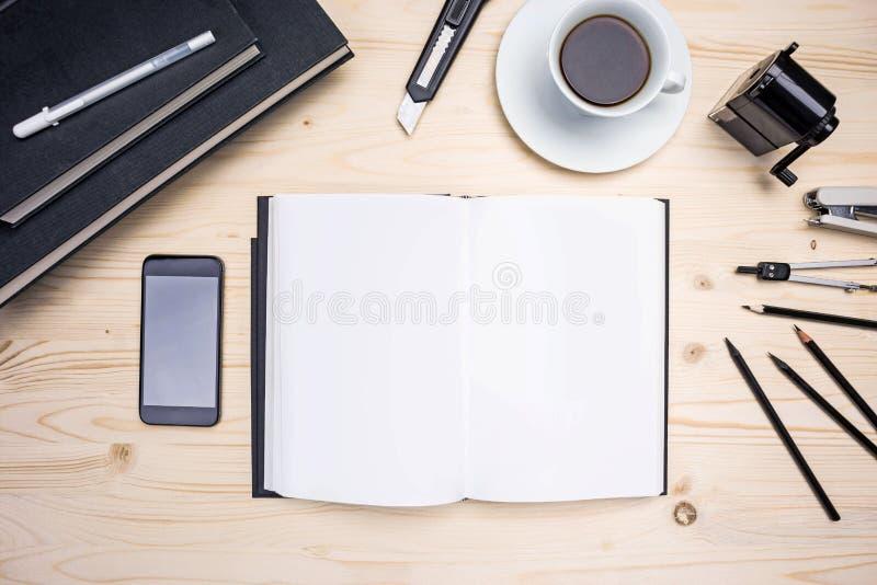 Υπολογιστής γραφείου με το σημειωματάριο, τηλέφωνο, χαρτικά στοκ φωτογραφίες με δικαίωμα ελεύθερης χρήσης