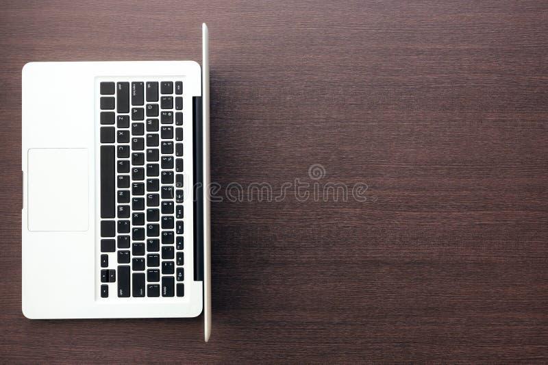 Υπολογιστής με το κενό διάστημα στην ξύλινη άποψη υπολογιστών γραφείου στοκ φωτογραφίες