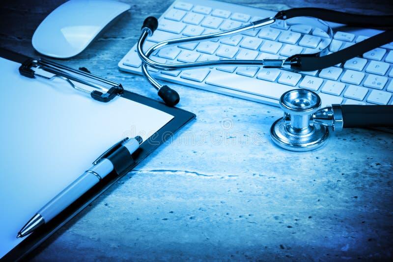 Υπολογιστής νοσοκομείων σύνθεσης στον υπολογιστή γραφείου στοκ φωτογραφία