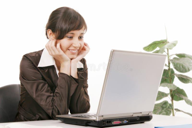 υπολογιστής που χρησιμοποιεί τις νεολαίες γυναικών στοκ εικόνα με δικαίωμα ελεύθερης χρήσης