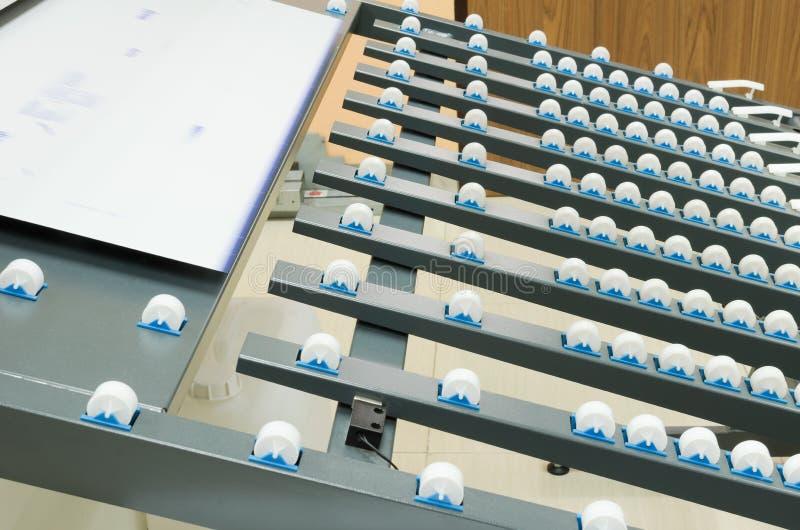 Υπολογιστής στη μηχανή πιάτων για τη δυνατότητα στη συσκευασία του λεωφορείου στοκ εικόνες