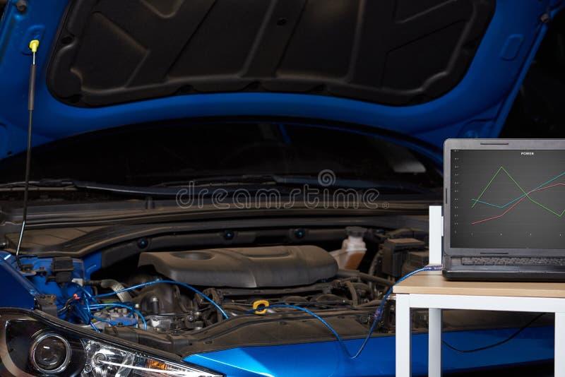 Υπολογιστής στον πίνακα για το διαγνωστικό αυτοκίνητο στοκ εικόνα με δικαίωμα ελεύθερης χρήσης