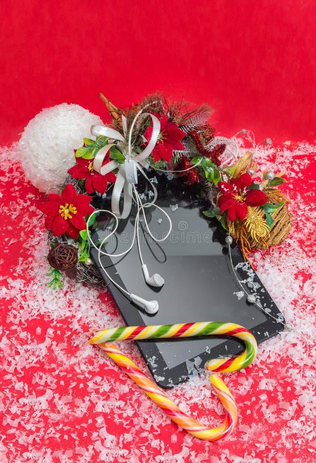 Υπολογιστής ταμπλετών με το καλύτερο δώρο Χριστουγέννων ακουστικών στοκ φωτογραφία με δικαίωμα ελεύθερης χρήσης