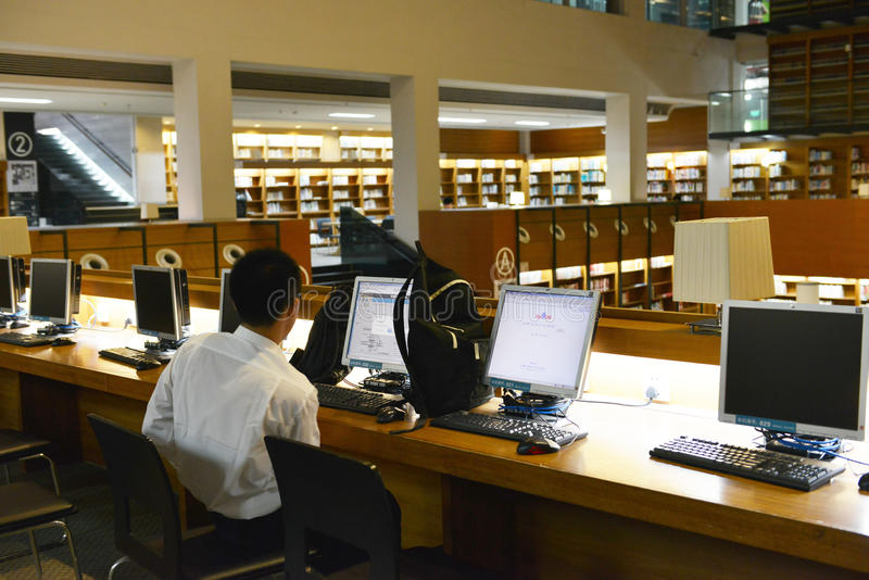 Υπολογιστής χρήσης φοιτητών πανεπιστημίου στην πανεπιστημιακή βιβλιοθήκη Shantou, η ομορφότερη πανεπιστημιακή βιβλιοθήκη στην Ασί στοκ εικόνα