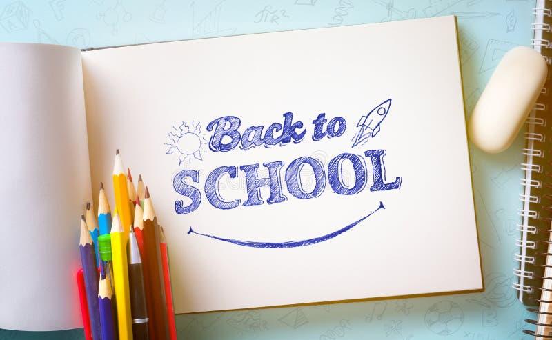 Υποδοχή τέχνης πίσω στο σχολικό έμβλημα  Σχολικές προμήθειες στοκ φωτογραφία με δικαίωμα ελεύθερης χρήσης