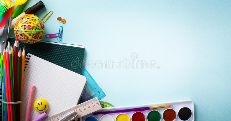 Υποδοχή τέχνης πίσω στο σχολικό έμβλημα  Σχολικές προμήθειες Tumblr στοκ εικόνες