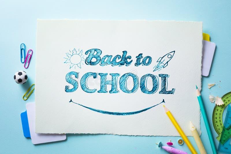 Υποδοχή τέχνης πίσω στο σχολικό έμβλημα  Σχολικές προμήθειες Tumblr στοκ φωτογραφία