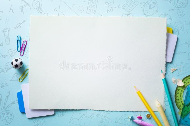 Υποδοχή τέχνης πίσω στο σχολικό έμβλημα  Σχολικές προμήθειες Tumblr στοκ φωτογραφία με δικαίωμα ελεύθερης χρήσης