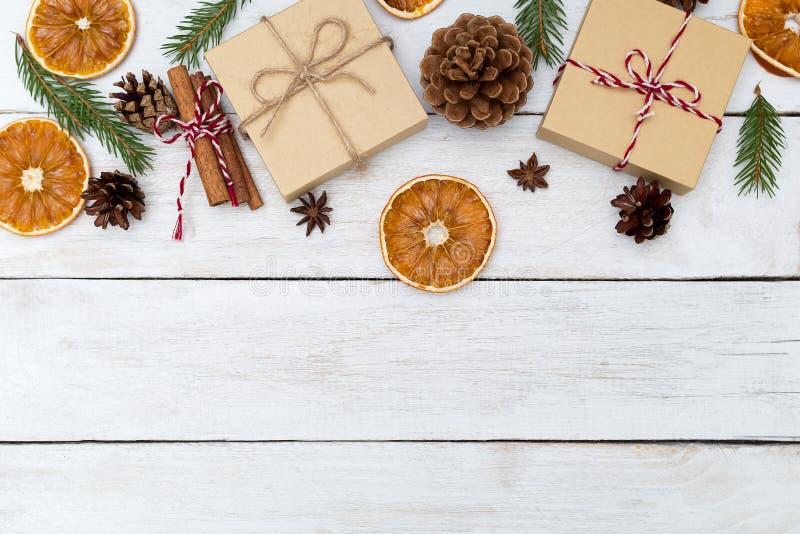 Υπόβαθρα Χριστουγέννων με το κιβώτιο δώρων  κανέλα, πορτοκάλι στοκ φωτογραφίες