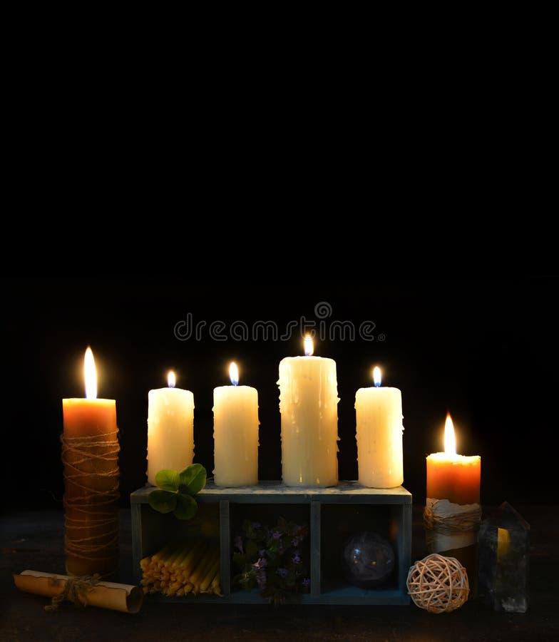 Υπόβαθρο αποκριών με τα κεριά και το τριφύλλι τεσσάρων φύλλων στοκ εικόνες