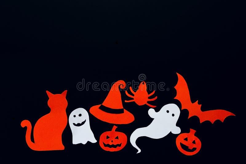 Υπόβαθρο αποκριών με το φάντασμα, κολοκύθες, ρόπαλο, αράχνη, γάτα και στοκ εικόνα