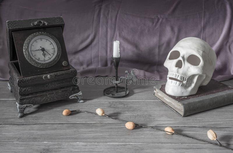 Υπόβαθρο αποκριών, scull, κεριά, βιβλίο στοκ φωτογραφία με δικαίωμα ελεύθερης χρήσης