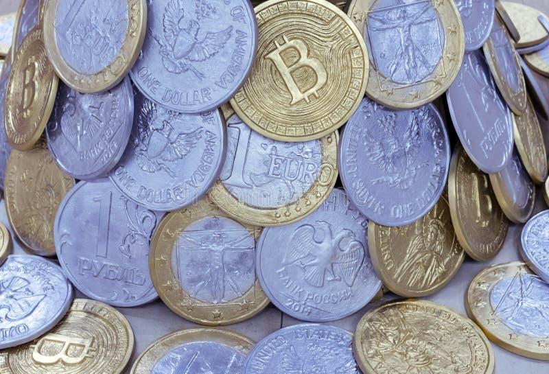 Υπόβαθρο από τα νομίσματα των διαφορετικών χωρών και bitcoins στοκ εικόνες