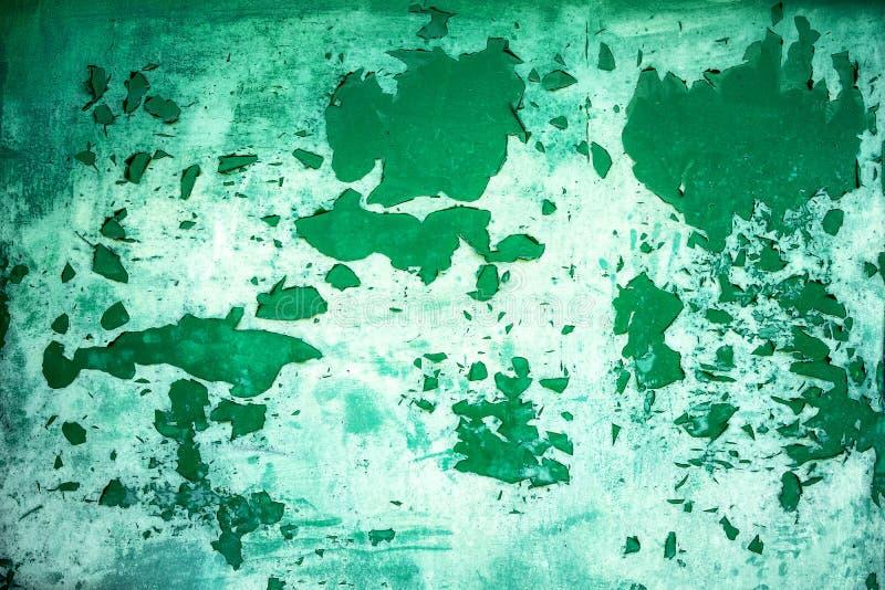 Υπόβαθρο από την πράσινη πόρτα μετάλλων με το ξεφλούδισμα χρωμάτων μακριά από τη μεγάλη ηλικία στοκ εικόνα με δικαίωμα ελεύθερης χρήσης