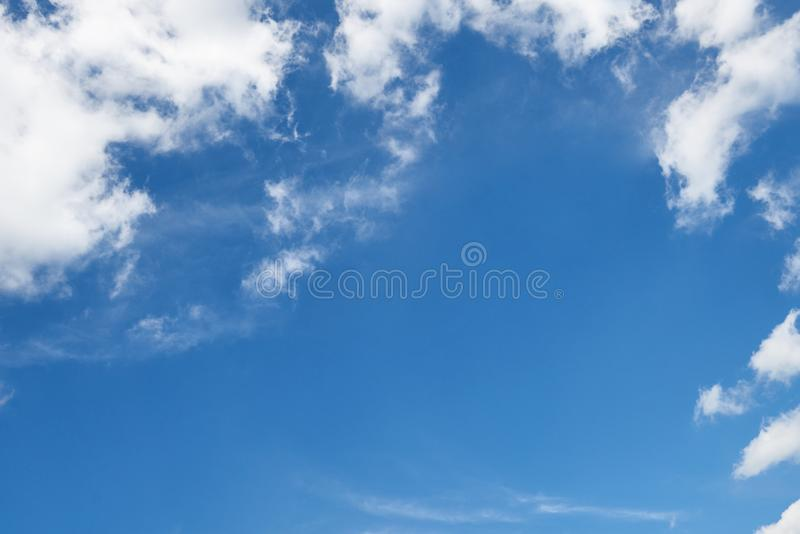 Υπόβαθρο από το φωτεινό μπλε ουρανό με το μαλακό σύννεφο στην ημέρα, πλαίσιο με τη θέση για το κείμενο στοκ εικόνα