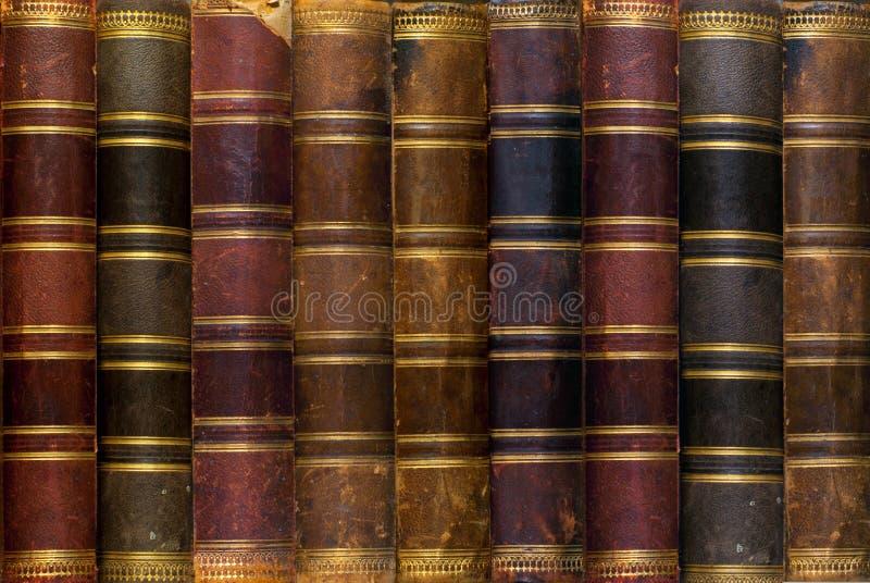 Υπόβαθρο: αρχαία βιβλία σε ένα ράφι στοκ φωτογραφία