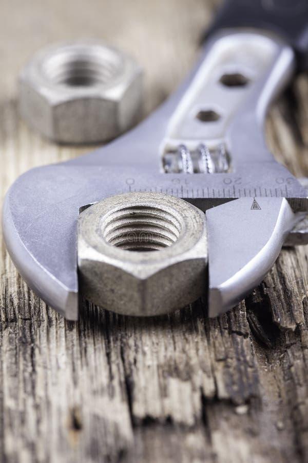 Υπόβαθρο γαλλικών κλειδιών στη βρώμικη ξύλινη επιφάνεια στοκ φωτογραφία με δικαίωμα ελεύθερης χρήσης
