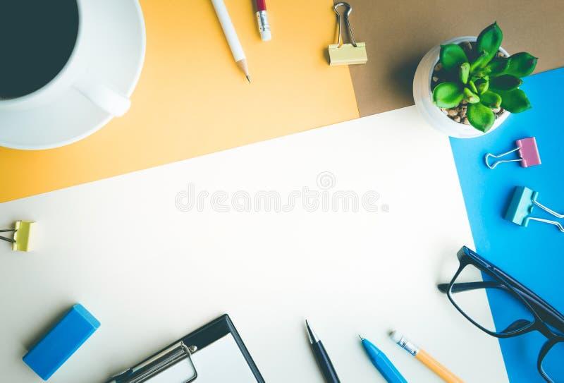 Υπόβαθρο γραφείων γραφείων με τις προμήθειες Επιχειρησιακός πίνακας Coloful στοκ φωτογραφίες