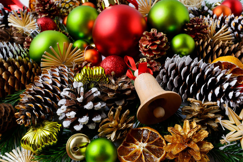 Υπόβαθρο γ Χριστουγέννων με τις κόκκινες διακοσμήσεις και τους χιονώδεις κώνους πεύκων στοκ εικόνες