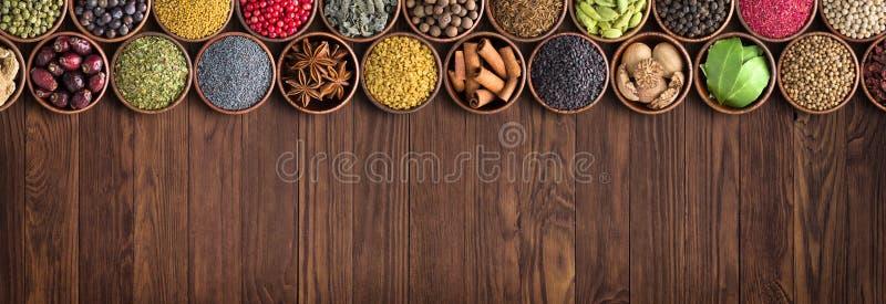 Υπόβαθρο διάφορων καρυκευμάτων και συστατικών ζωηρόχρωμα καρυκεύματα, ινδικά τρόφιμα στοκ φωτογραφία