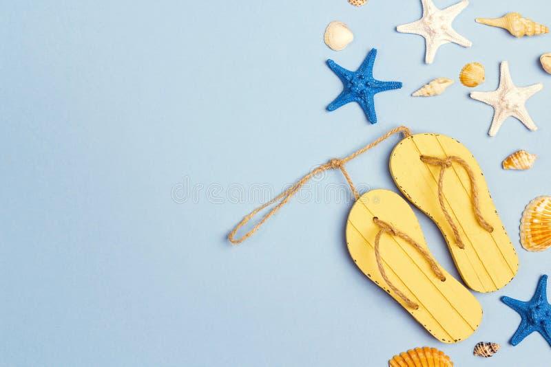 Υπόβαθρο διακοπών με τα κίτρινα sandshoes, τα θαλασσινά κοχύλια και τα starfis στοκ φωτογραφίες με δικαίωμα ελεύθερης χρήσης