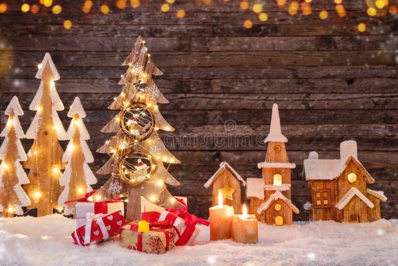 Υπόβαθρο διακοπών με το φωτισμένα χριστουγεννιάτικο δέντρο, τα δώρα και το W στοκ φωτογραφία