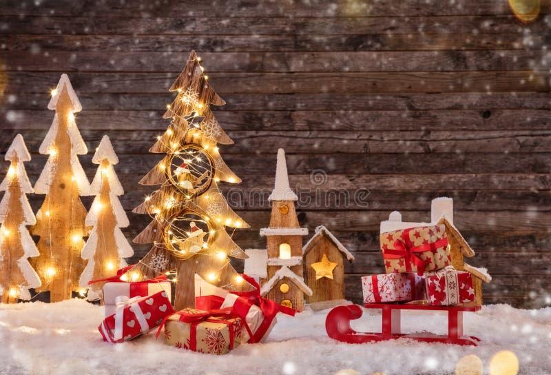 Υπόβαθρο διακοπών με το φωτισμένο χριστουγεννιάτικο δέντρο, έλκηθρο με στοκ εικόνες με δικαίωμα ελεύθερης χρήσης
