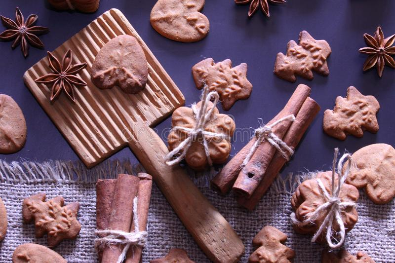 Υπόβαθρο διακοπών Χριστουγέννων Μπισκότα Χριστουγέννων με την εορταστική διακόσμηση στοκ φωτογραφίες