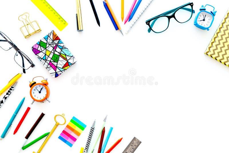 Υπόβαθρο εκπαίδευσης, πρότυπο Σχολείο, σπουδαστής, προμήθειες γραφείων Χαρτικά, γυαλιά, ξυπνητήρι, σημειωματάριο στο λευκό στοκ φωτογραφία με δικαίωμα ελεύθερης χρήσης