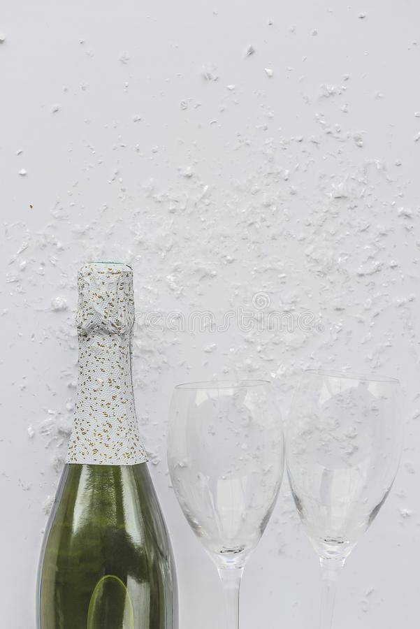 Υπόβαθρο εορτασμού: μπουκάλι σαμπάνιας και δύο κενών γυαλιών στοκ εικόνα