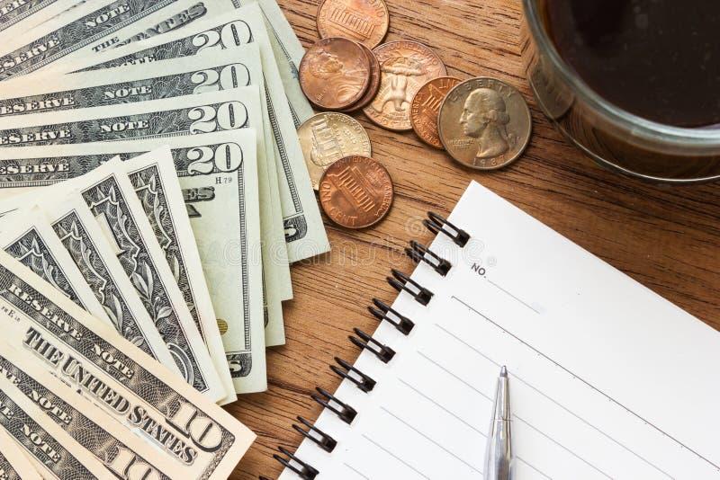 Υπόβαθρο επιχειρησιακής έννοιας Λογαριασμοί δολαρίων με το σημειωματάριο και τη μάνδρα στοκ φωτογραφία με δικαίωμα ελεύθερης χρήσης