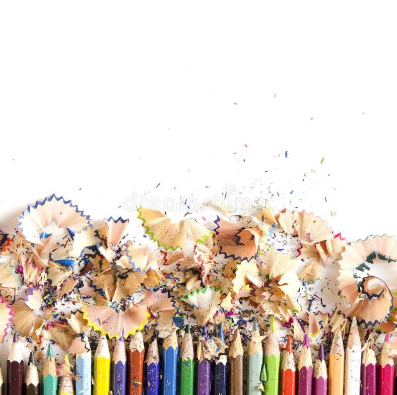 Υπόβαθρο εργαλείων σχεδίων Μέρος του ζωηρόχρωμου πλαισίου μολυβιών με το πριονίδι και των ξεσμάτων στο λευκό στοκ εικόνες με δικαίωμα ελεύθερης χρήσης