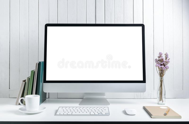 Υπόβαθρο εργασιακών χώρων με τον κενό άσπρο σύγχρονο υπολογιστή γραφείου οθόνης comp στοκ φωτογραφία