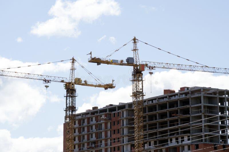 Υπόβαθρο εργοτάξιων οικοδομής Ανύψωση των γερανών και των νέων multi-storey κτηρίων Ι ndustrial υπόβαθρο στοκ εικόνες με δικαίωμα ελεύθερης χρήσης