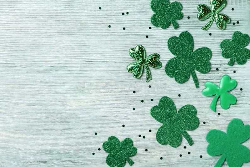 Υπόβαθρο ημέρας Αγίου Patricks με το πράσινο τριφύλλι στην άσπρη αγροτική τοπ άποψη πινάκων στοκ εικόνες