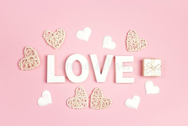 Υπόβαθρο ημέρας βαλεντίνου με την επιγραφή και διακοσμητικές καρδιές στο ροζ στοκ εικόνες