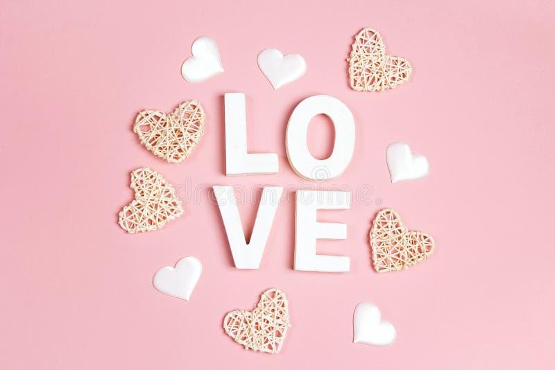 Υπόβαθρο ημέρας βαλεντίνου με την επιγραφή και διακοσμητικές καρδιές στο ροζ στοκ φωτογραφία με δικαίωμα ελεύθερης χρήσης
