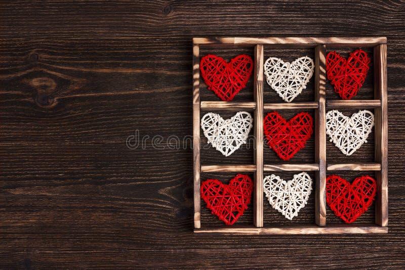 Υπόβαθρο ημέρας βαλεντίνου με τις καρδιές στο κιβώτιο στον ξύλινο πίνακα Διάστημα αντιγράφων για το κείμενο στοκ εικόνες