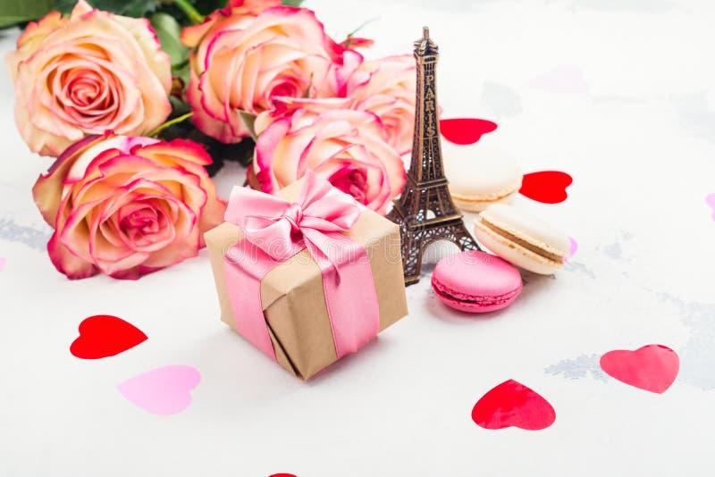 Υπόβαθρο ημέρας βαλεντίνων με τα τριαντάφυλλα, τον πύργο του Άιφελ και τις διακοσμητικές καρδιές στοκ εικόνες