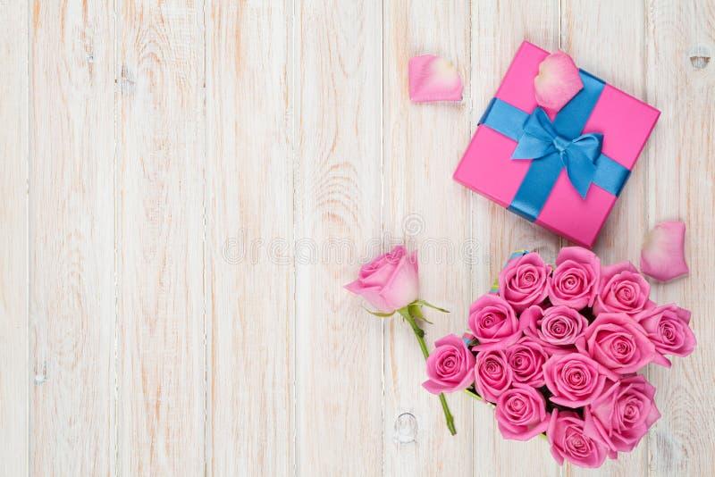 Υπόβαθρο ημέρας βαλεντίνων με το σύνολο κιβωτίων δώρων των ρόδινων τριαντάφυλλων