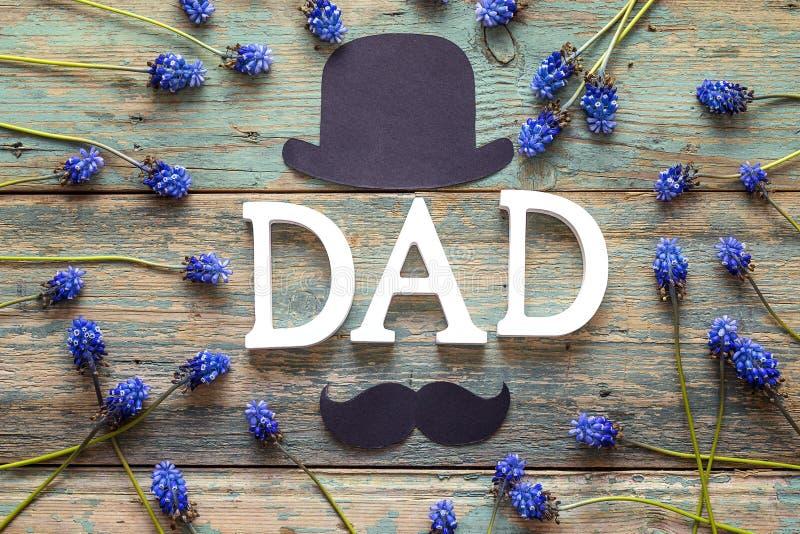 Υπόβαθρο ημέρας πατέρων με το DAD επιστολών, καπέλο εγγράφου, mustache και στοκ φωτογραφίες με δικαίωμα ελεύθερης χρήσης