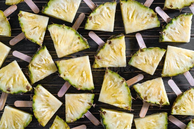 Υπόβαθρο, δημοφιλή θερινά φρούτα με το yummy ανανά σε ένα ραβδί στοκ εικόνα