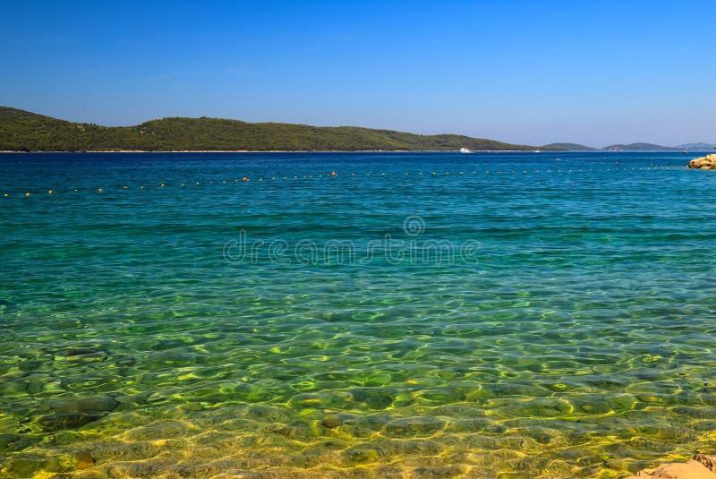 Υπόβαθρο θάλασσας, Sibenik, Κροατία Διαφανές, σαφές νερό σε μια οικολογικά καθαρή, γραφική θερινή παραλία r στοκ εικόνες