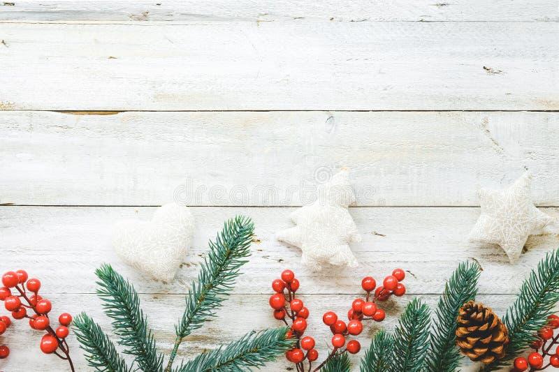 Υπόβαθρο θέματος Χριστουγέννων με τη διακόσμηση των στοιχείων και της διακόσμησης αγροτικών στον άσπρο ξύλινο πίνακα στοκ φωτογραφίες