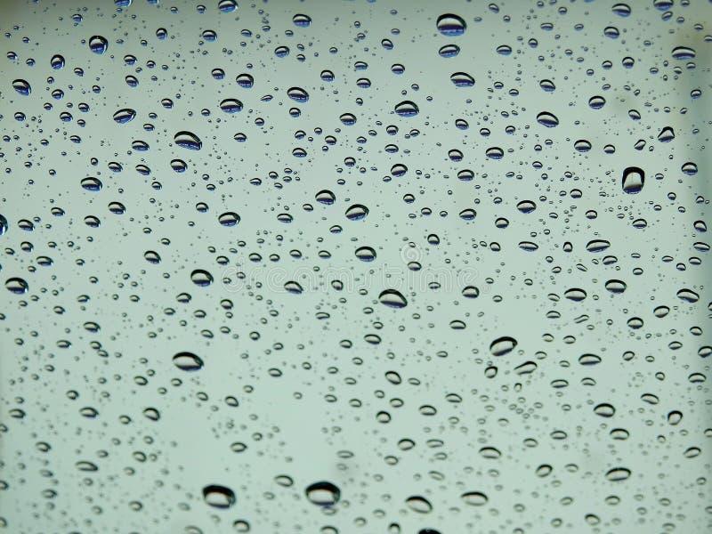 Υπόβαθρο θαμπάδων, άποψη μέσω του ανεμοφράκτη μια βροχερή ημέρα στοκ φωτογραφία