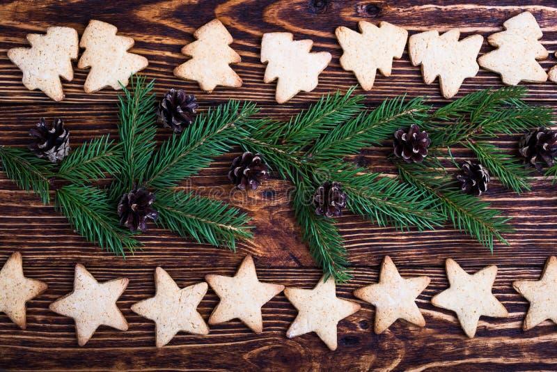 Υπόβαθρο διακοπών Χριστουγέννων με τα μπισκότα και τους κομψούς κλαδίσκους στοκ εικόνα με δικαίωμα ελεύθερης χρήσης
