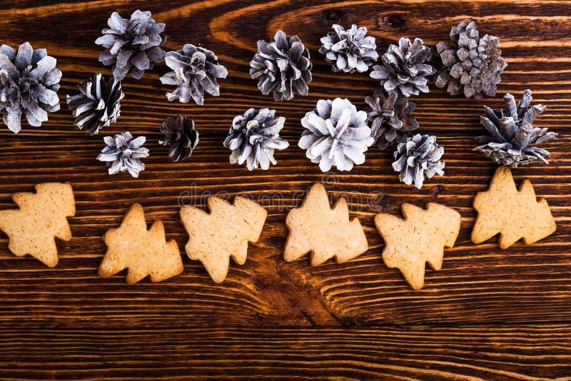 Υπόβαθρο διακοπών Χριστουγέννων με τα pinecones και τα μπισκότα στοκ φωτογραφίες με δικαίωμα ελεύθερης χρήσης