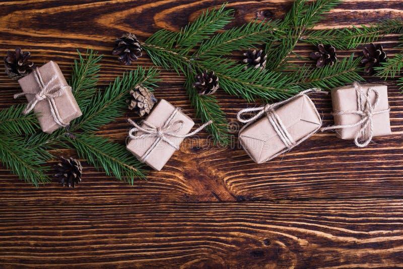 Υπόβαθρο διακοπών Χριστουγέννων με τους κομψούς κλαδίσκους και τα κιβώτια δώρων στοκ εικόνες