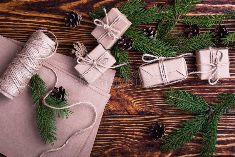 Υπόβαθρο διακοπών Χριστουγέννων με τους κομψούς κλαδίσκους και τα κιβώτια δώρων στοκ φωτογραφία με δικαίωμα ελεύθερης χρήσης