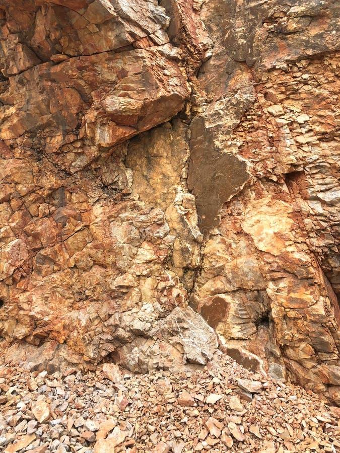 Υπόβαθρο και σύσταση καθιζήσεων εδάφους βουνών βράχου στοκ φωτογραφία με δικαίωμα ελεύθερης χρήσης